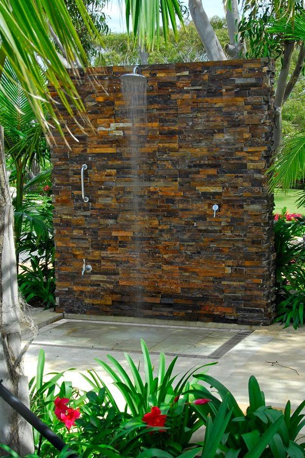 aplicacao deck jardim:Aqui, a aplicação de pedra ferro valoriza a composição com o