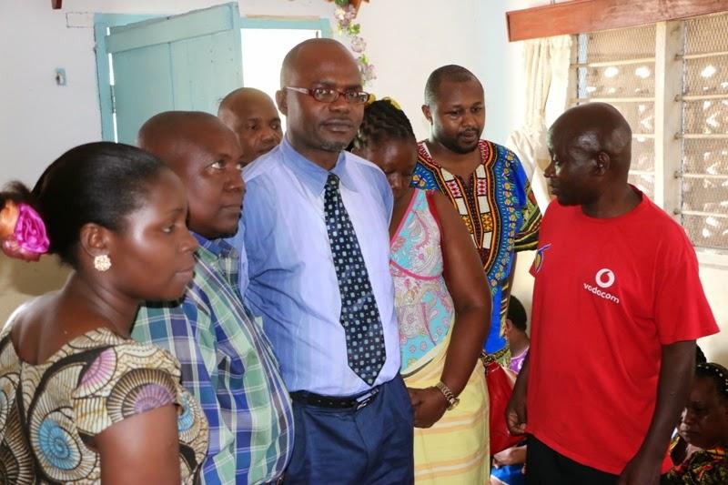 Mwanahabari Kulwa Mwaibale Mwenye Fulana Nyekundu Akiwatambulisha Wafanyakazi Wenzake Wa Kampuni Ya Global Publisher Kwa Wanafamilia