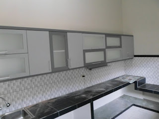 furniture interior semarang - kitchen set minimalis pintu kaca engsel hidrolis 06