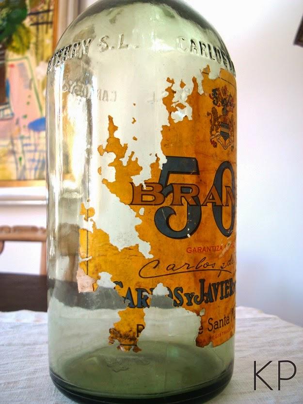 Botellas de cristal vintage y objetos de época para decoración