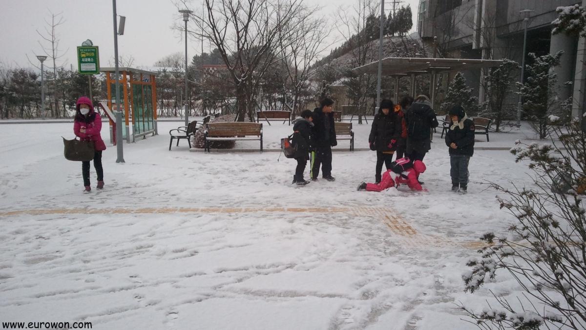 Estación de Dogo bajo la nieve