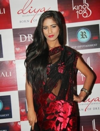 Poonam Pandey's Hot pics On Twitter and other Hot Pics In transparent hot saree