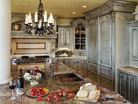 la particolarit di queste cucine sta senzaltro nella ricercatezza delle modanature ovvero di tutti quegli elementi ornamentali consistenti in una fascia