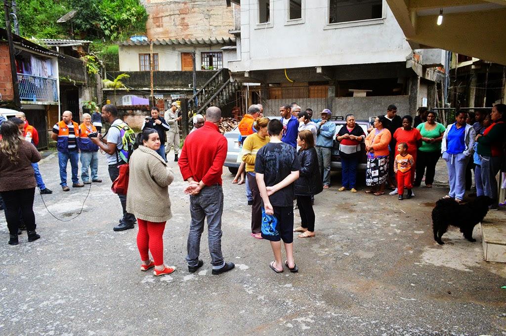 Conscientes, moradores se dirigem ao ponto de apoio, na Capela São Paulo, durante o exercício simulado