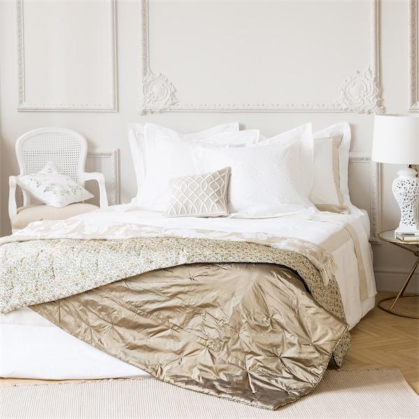 camas vestidas por completo con sábanas blancas de estilo contemporáneo de la firma Zara Home ChicandDeco