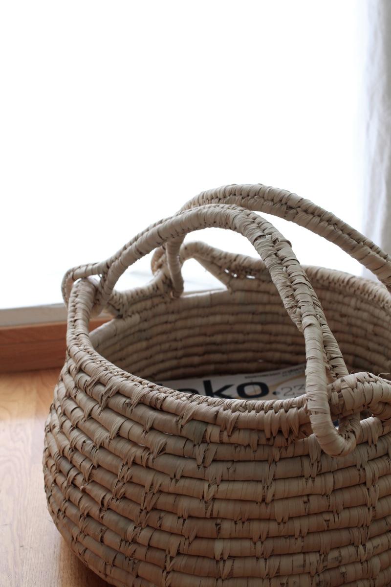Palmunlehdistä valmistettu kori
