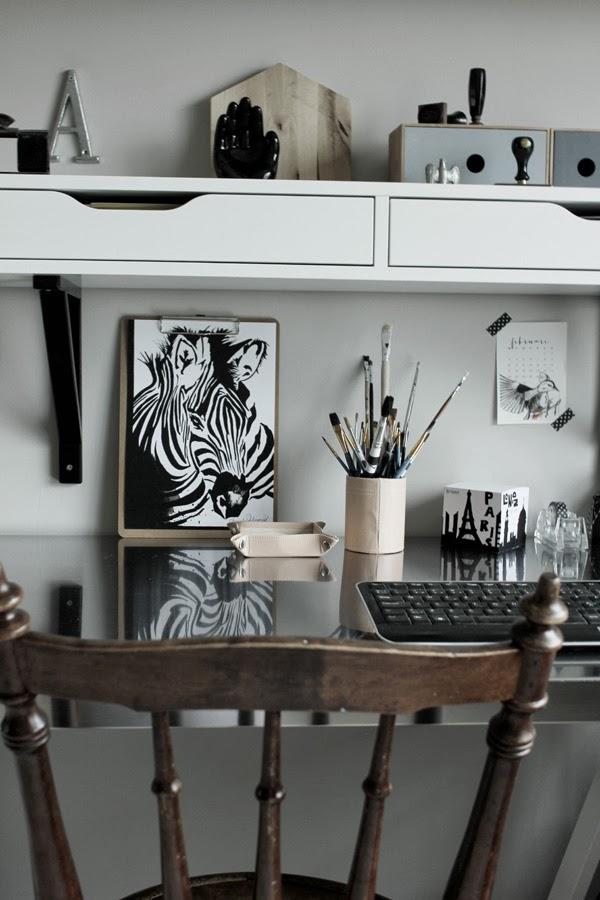 konsttryck zebra, illustration svart och vitt, tavla i arbetsrummet, clipboard, granit, inredning, arbetsplats, tejp, washitejp med kors, penslar, detaljer i arbetsrummet, tangentbord, artprint, konsttryck by annelie, design canvas varberg, annelie palmqvist, målningar, tavla, svartvit tavla, hylla ikea, hylla med lådor på väggen, blockkub, hållare för visitkort, ask