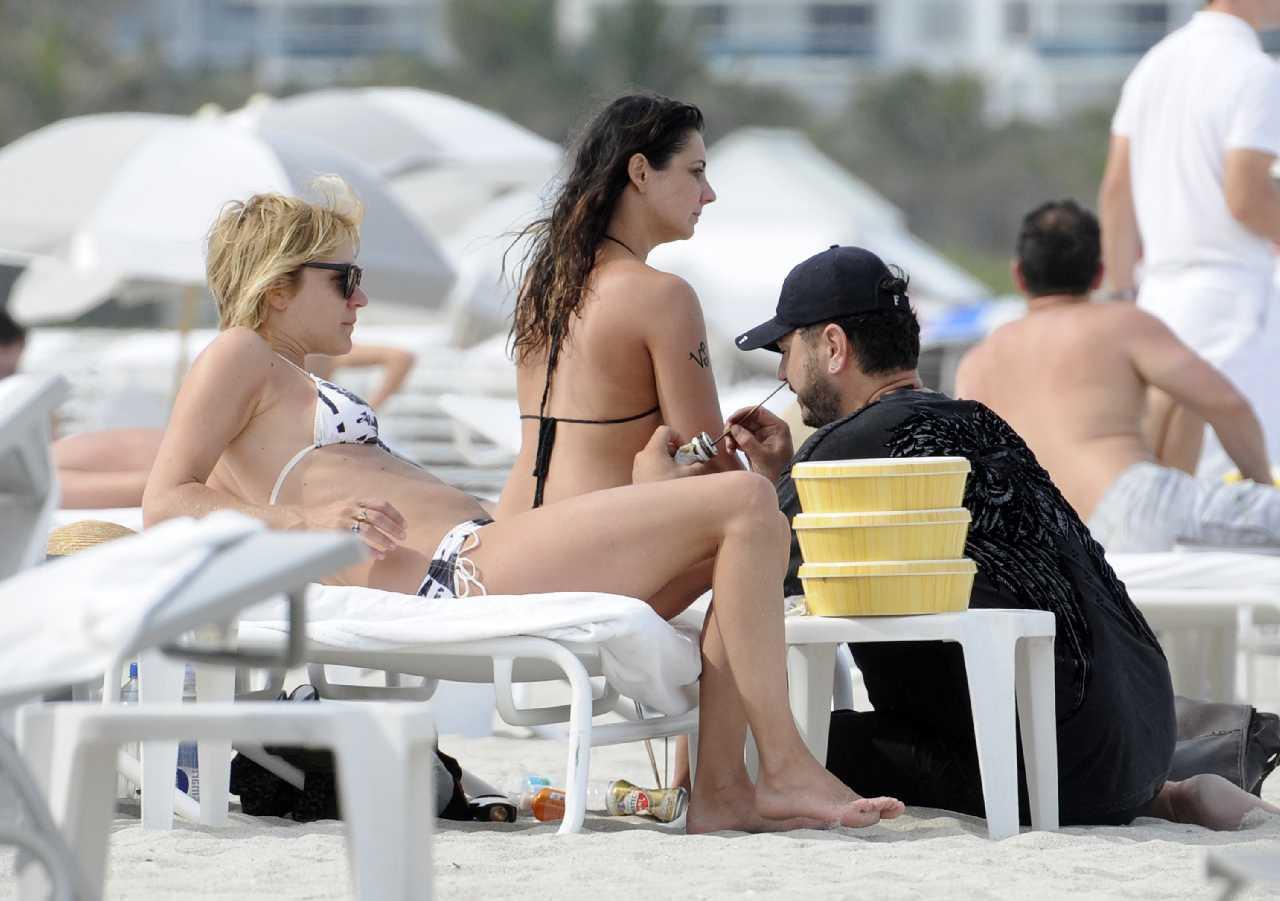 http://1.bp.blogspot.com/-TVaGTlQjSKg/T59bOk1Y3dI/AAAAAAABPWo/IfXd_l5atfg/s1600/Chloe+Sevigny+paraded+her+black+&+white+tie-dye+bikini+on+Miami+sun+lounger+14.jpg
