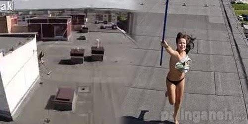 video-wanita-berbikini-mengamuk-karena-diintip-drone