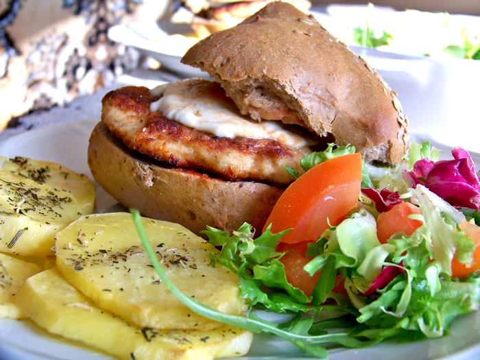 http://terazjedzmnie.blogspot.com/2012/04/chicken-burger-light-z-pieczonymi.html