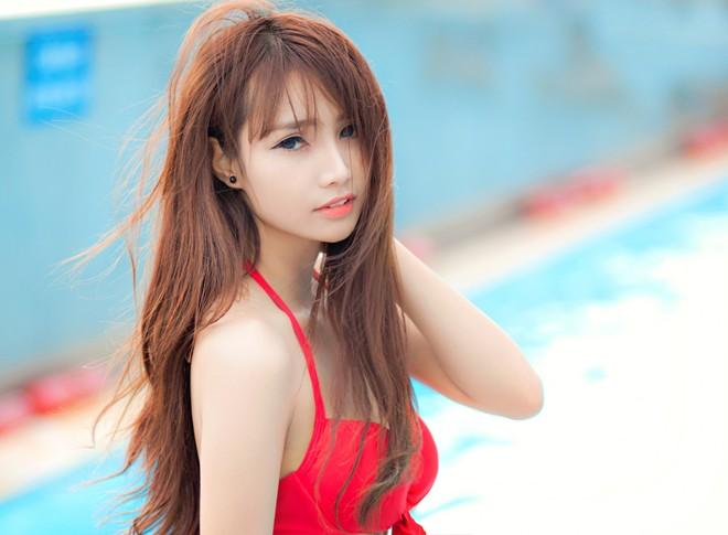 Nữ DJ 19 tuổi diện bikini nóng bỏng bên hồ bơi