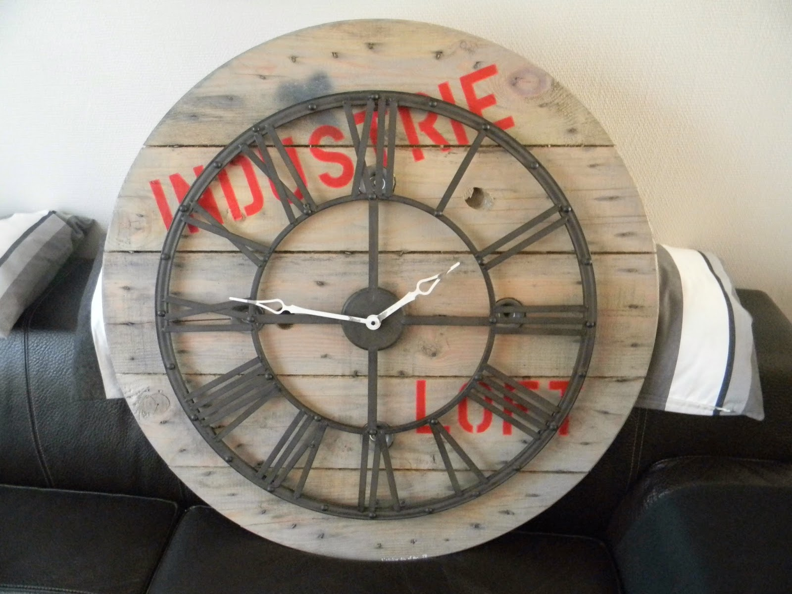 l 39 atelier tic et tac horloges faites a partir de touret en bois support cable electrique. Black Bedroom Furniture Sets. Home Design Ideas