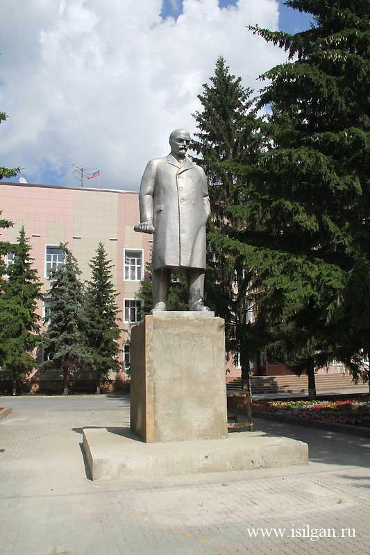Памятник В. Ленину работы Лауреата Ленинской премии скульптора В. Матросова