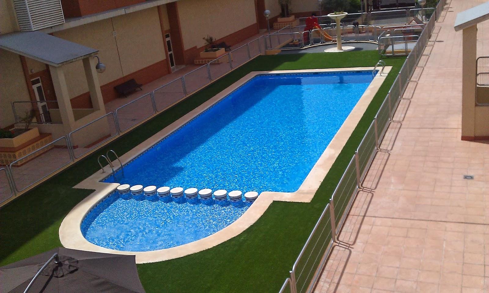Ventajas del c sped artificial sin arena en piscinas - Como se pone cesped artificial ...