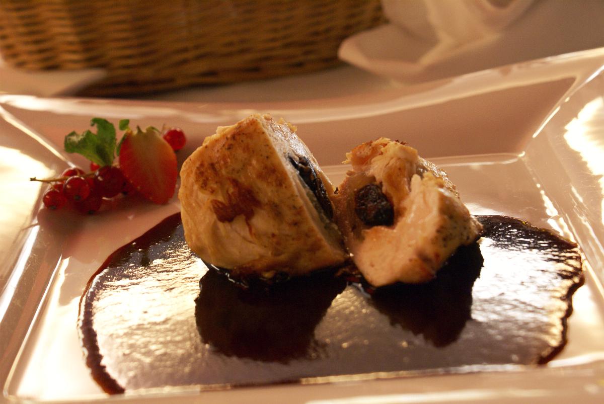 kurací steak so sušeným ovocím a cherry omáčkou - reštaurácia Iris