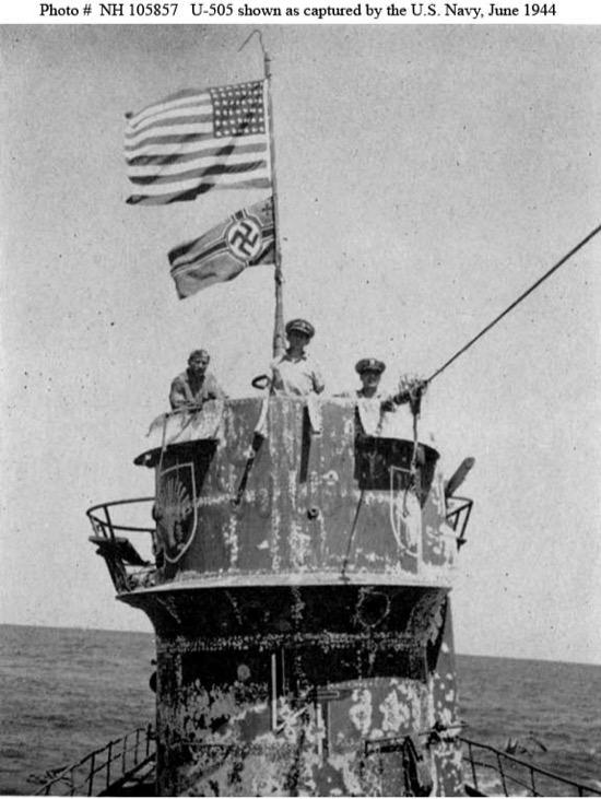 El U 505 con las dos banderas
