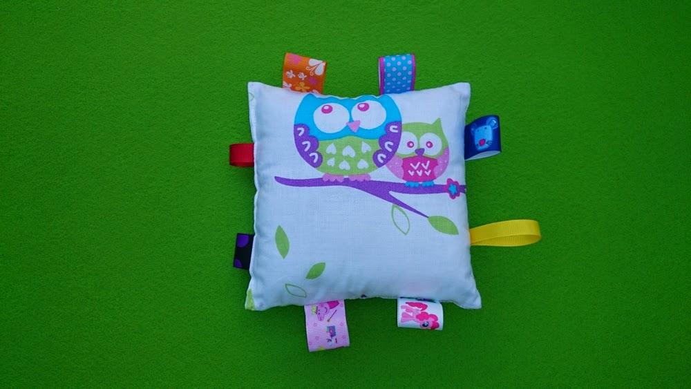 Przedstawiamy pomysł na prezent dla maluszka i jest to podusia z kocykiem/kołderką w pudełku filcowym, który można wykorzystać na zabawki lub pieluszki i akcesoria dla dziecka.   CENA: 110zł  Poduszka jest nie za gruba, uszyta z kolorowej bawełny, wypełniona włókniną silikonową. Kołderka również wykonana jest z kolorowej bawełny, grubego polaru w turkusowym kolorze i wypełniona włókniną silikonową.   Włóknika silikonowa wykorzystana do uszycia całego zestawu jest bardzo miękka, puszysta i przez długi czas zachowuje sprężystość. Wypełniacz posiada również właściwości antyalergiczne, jest przewiewna, nie chłonie wilgoci i jest bezwonna.   WYMIARY:  podusia - 48 x 35  kocyk/kołderka - 80 x 100
