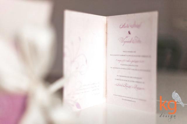 zaproszenia ślubne w stylu vintage, rustykalne, oryginalne i nietypowe zaporszenie na ślub cywilny, artystyczne, zaproszenie ślubne z piwoniami, motyw kwiatów, piwonie, brudny róż, beż, kremowy, zaokrąglone rogi, dodatkowa wkładka