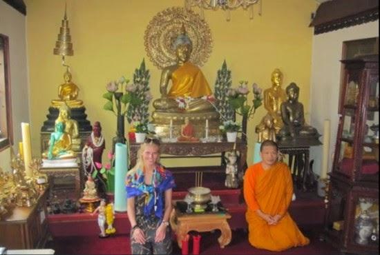 تجلس في معبد بوذي في أمستردام
