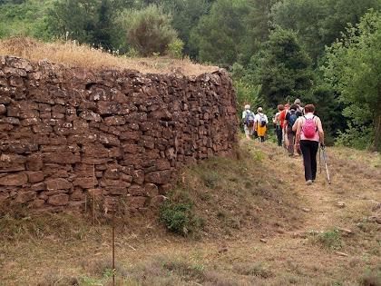 Caminant entre alts murs de pedra seca