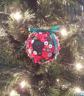 http://mybetterhalfme.blogspot.com/2013/12/diy-button-ornament.html