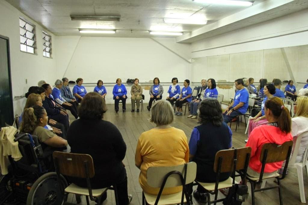 Baseada em músicas folclóricas de diversos povos, a Dança Sênior pode ser lenta ou rápida, sentada ou em pé