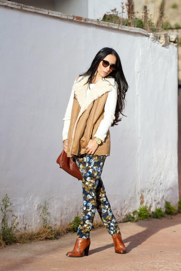 Look con chaleco de pelo sintético, pantalones de flores de neopreno y botines de Zara