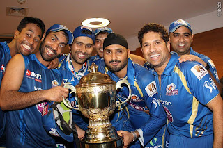 MI-Players-Poses-poseswith-trophy-MI-Win-IPL-2013