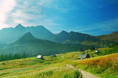 Paisaje natural con casitas rurales en las montañas