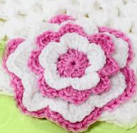 http://translate.google.es/translate?hl=es&sl=en&tl=es&u=http%3A%2F%2Fwww.hopefulhoney.com%2F2012%2F08%2Ftickled-pink-multi-layered-flower.html%3F_iwcspid%3D137715