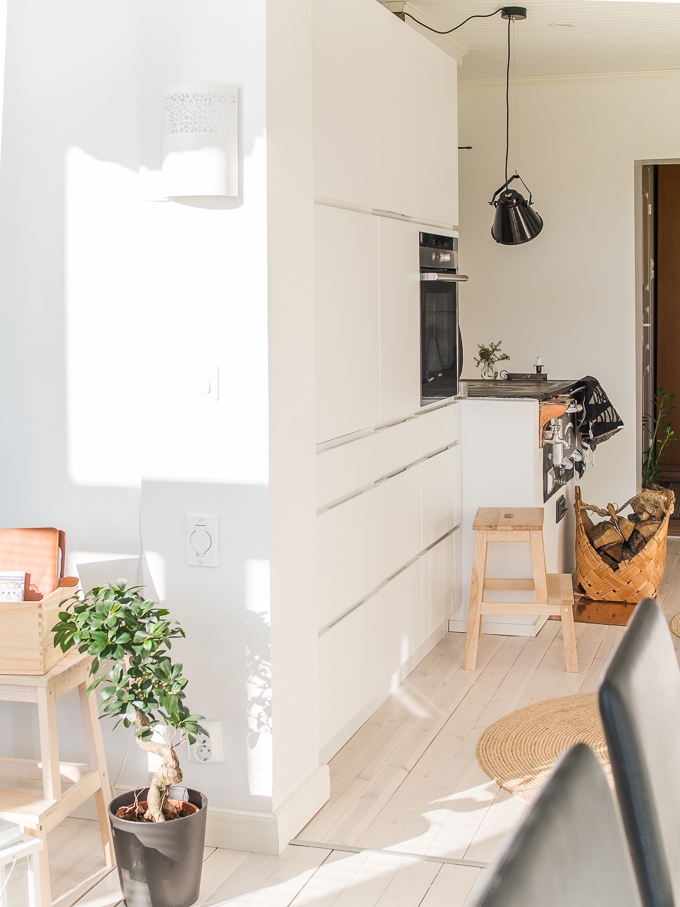 valkoinen keittiö, vanha puutalo, valkoinen puulattia, puuliesi, moderni koti, kvik mano keittiö, keittiöinspiraatiota