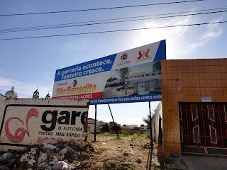Placa informa construção de novo mercado em Juazeiro do Norte.