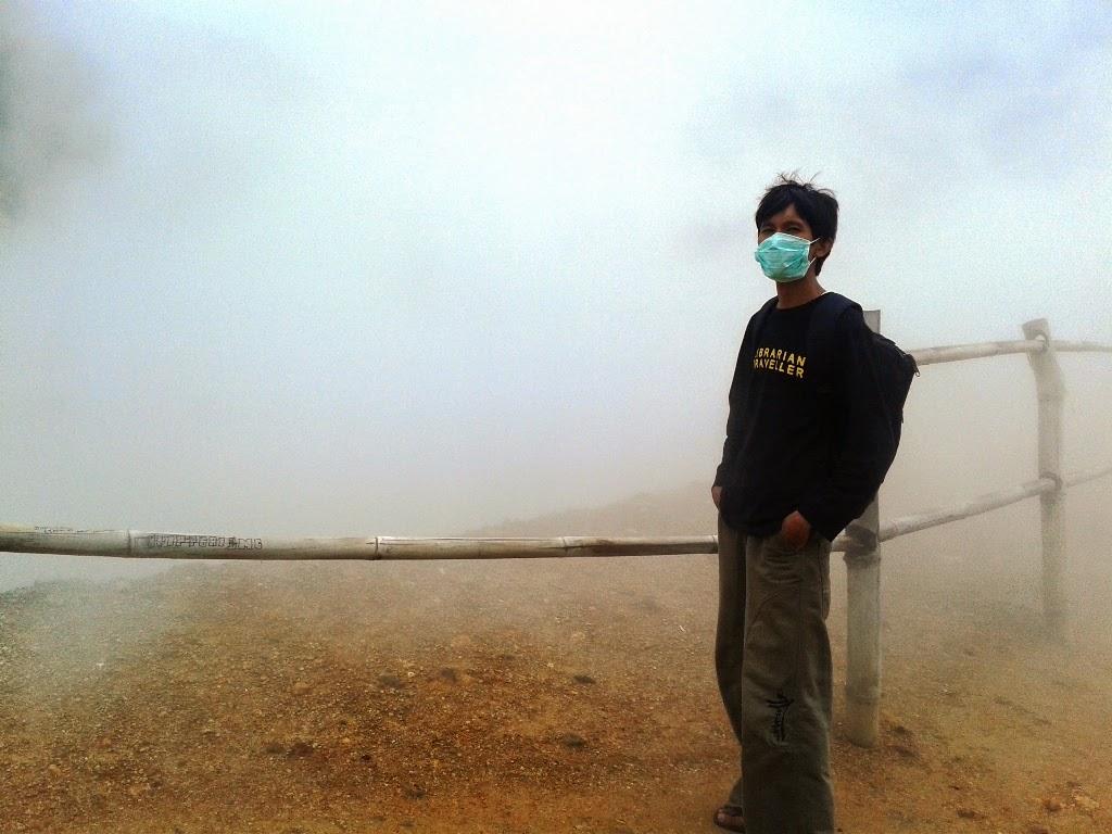 Berfoto diantara asap dan bau belerang