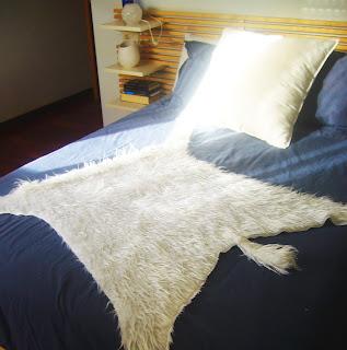 Manta peluda sobre cama