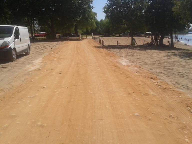 Estrada de terra ao lado da praia e parque de merendas