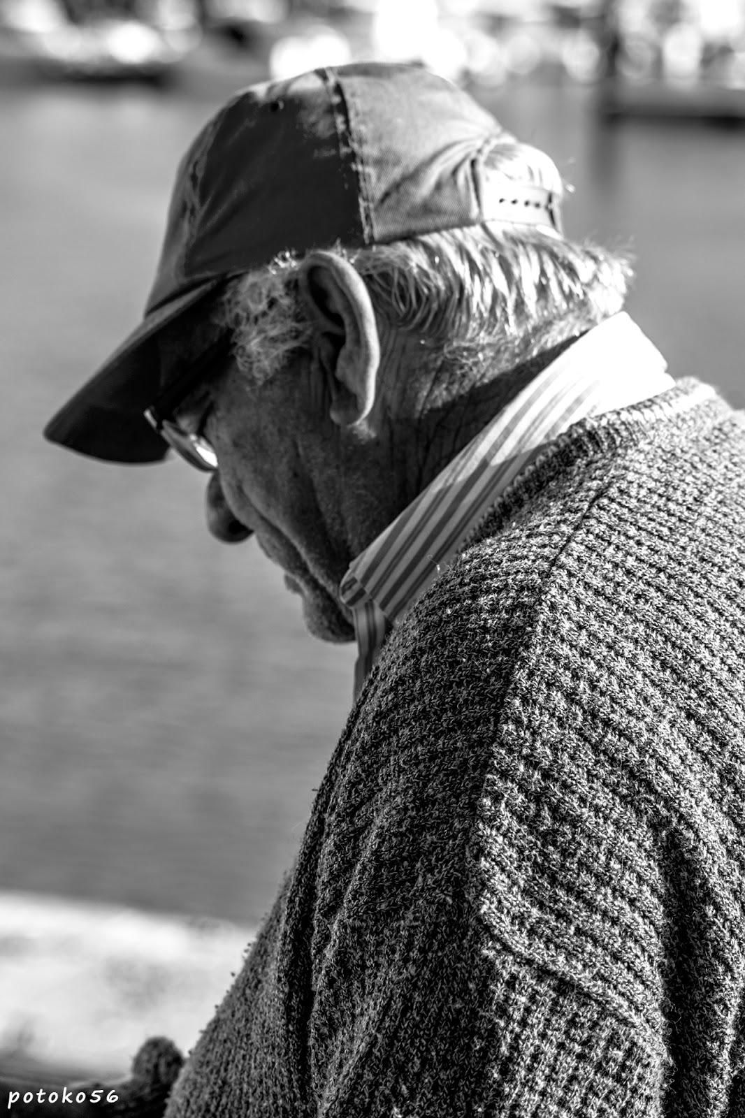 marinero en el muelle de Rota preparando redes
