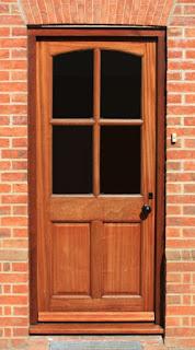 Proste drzwi zewnętrzne ze szprosem i szybą do połowy