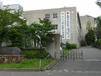 垂れ幕に張られた校舎