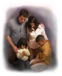 Orando unidos en familia