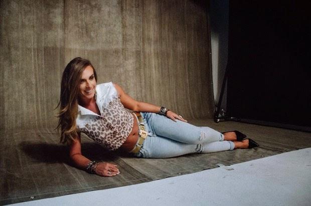 Nicole posa para campanha de moda, de saia curtinha, calça colada ao corpo e top cropped