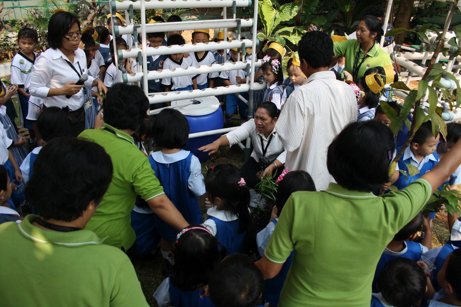 Semua anak dengan senang hati mendengarkan penjelasan dari Pak Agus