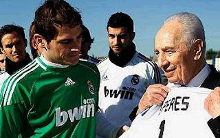 Shimon Peres with a Real Madrid jersey with his name and the number one of Casillas
