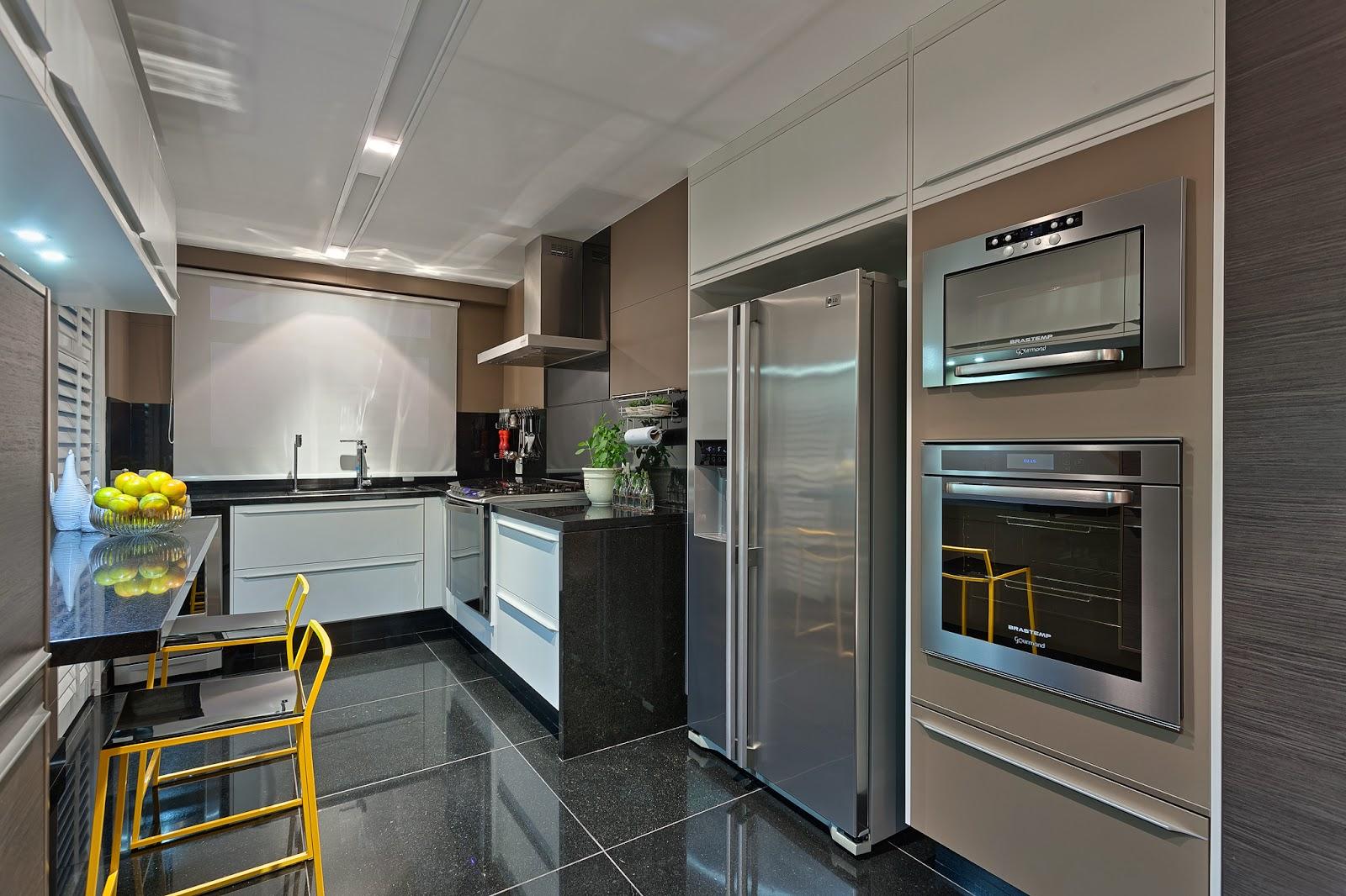 Cozinha tipo corredor com bancada apoiada de granito. Projeto  #4F707C 1600 1066