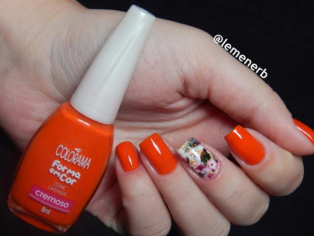 unha com esmalte laranja