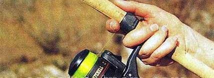 sử dụng ngón trỏ móc ngược dây cước câu xuống và giữ chặt dây cước bám vào cần câu