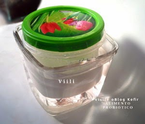 Iogurte Viili dentro de pote de vidro com água