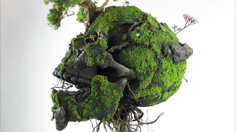 Complejas y detalladas esculturas a base de plantas y malezas silvestres