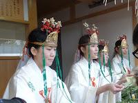 巫女たちは社務所で福笹を授与した。