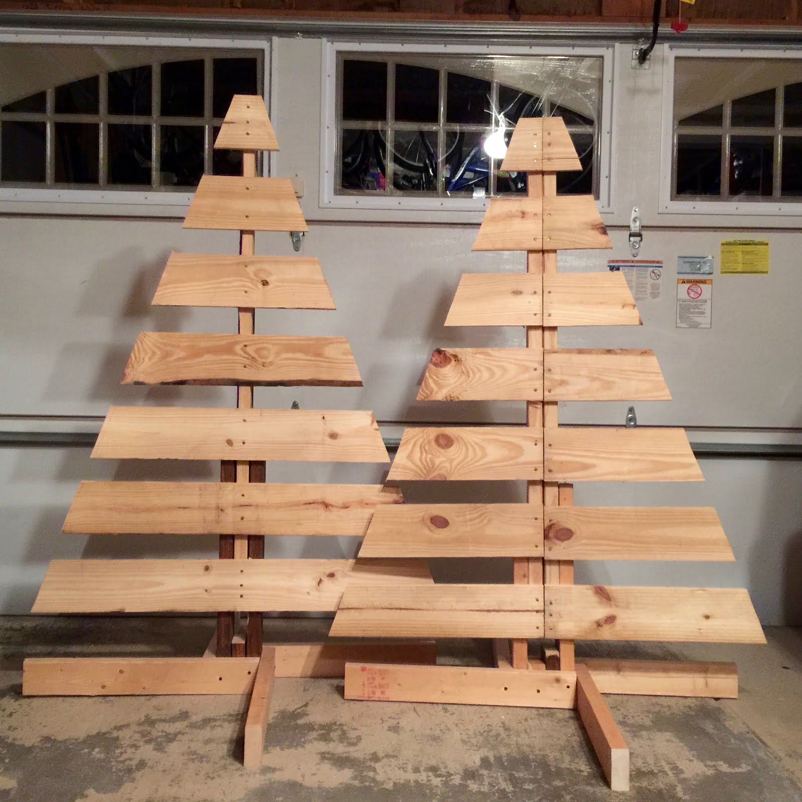 How to make two christmas trees from one wooden pallet - Sapin de noel en palette ...