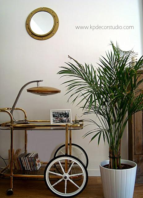Decorar con objetos de barco. Escotillas antiguas. Decoración vintage. Salones originales. Espejos antiguos redondos dorados de latón y bronce